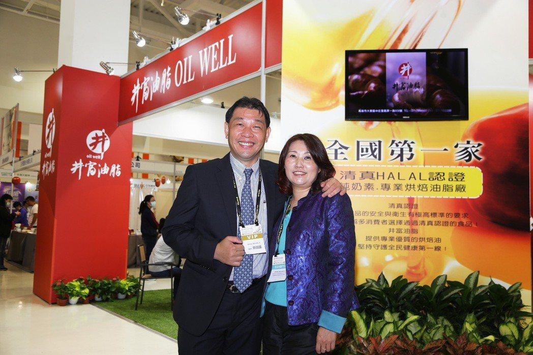 井富油脂公司董事長蘇昌盛(左),為了讓國人吃到最安全的食用油,取得國內第一家通過...