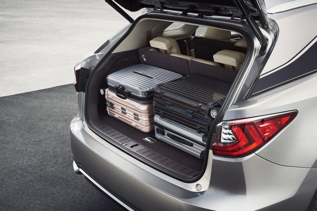 Lexus RX L即使第三排座椅有乘員時,後方行李箱仍然保有足夠的空間裝載行李...