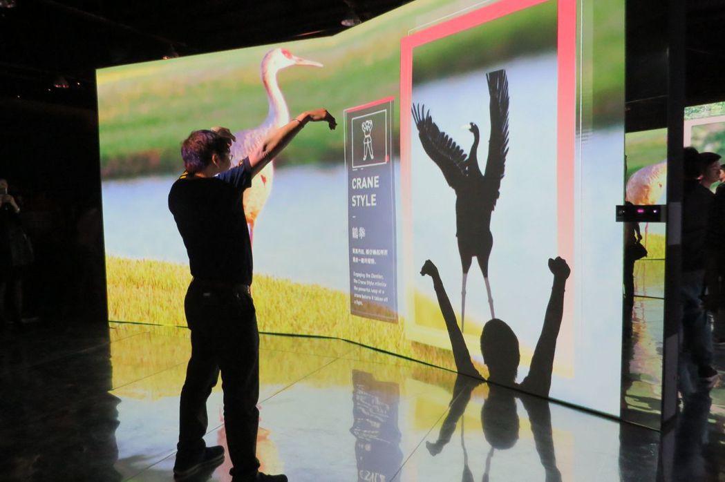 「仿生體感幻影鏡屋」用kinect體感科技與沉浸式投影方式,讓人彷彿置身在各種生...
