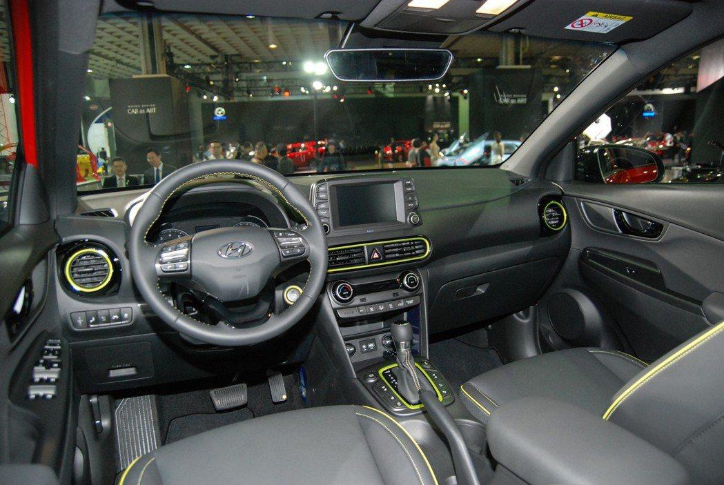 KONA 內裝方面加入亮黃滾邊,中控台處則配置一具 8 吋可支援Apple CarPlay、Android Auto的多媒體系統。 記者林鼎智/攝影