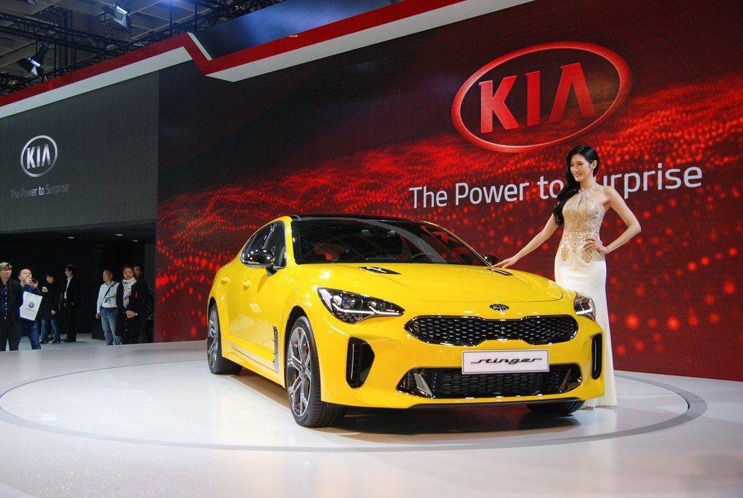 KIA 展區於車展中帶來兩部一黃一紅的 Stinger 性能轎跑,圖中鮮黃色的即為該車系中最強悍的 Stinger GT,最大馬力達 370匹。 記者林鼎智/攝影