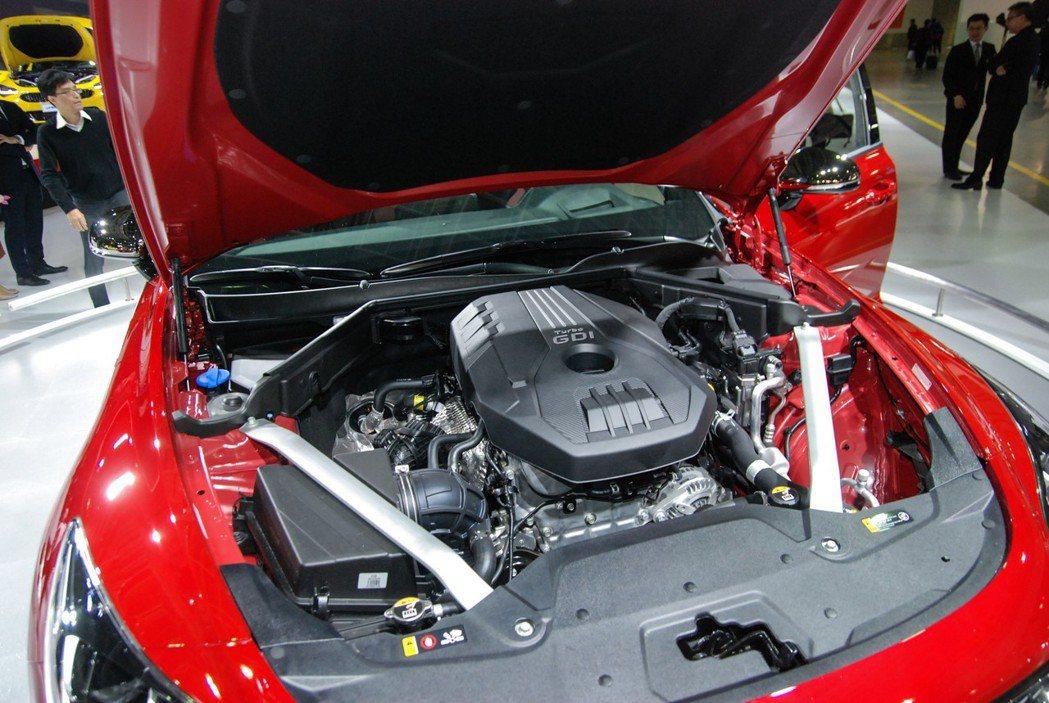 採 FR 後驅設定、搭載2.0升渦輪引擎的Stinger 入門車型,動力數據為 255 匹/36 公斤米 記者林鼎智/攝影