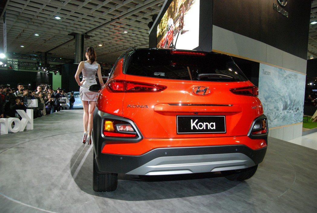可從圖中車尾銘牌得知此次展出的車型為 1.6t GDI 四缸渦輪車型,同時尾燈部...
