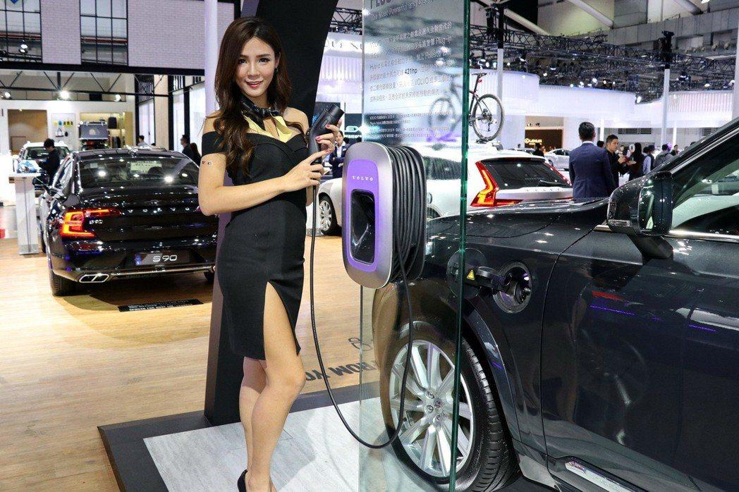 VOLVO致力打造出讓所有車內乘員享有愉悅的用車體驗之車款,繼先前發表 D4、T5、T6 等不同動力後,本屆車展亮相為搭載T8油電複合動力的XC60及XC90。 記者陳威任/攝影