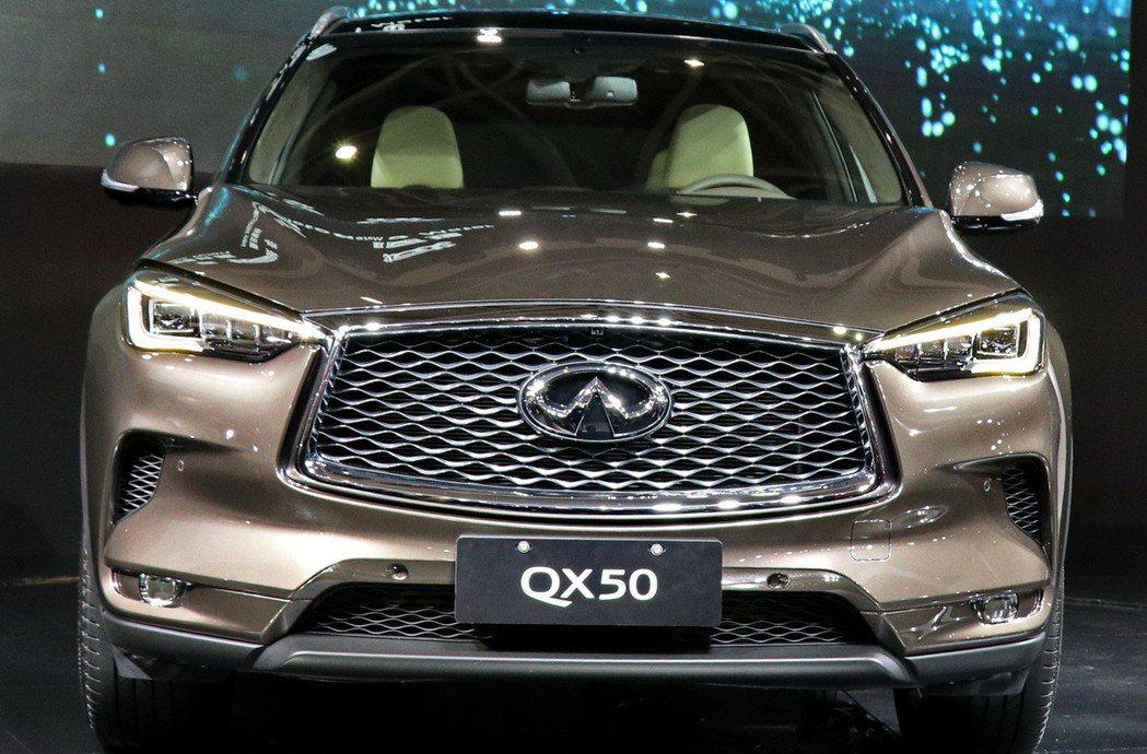 全新INFINITI QX50車頭的雙弓式水箱護罩、有如冰塊般透徹的LED頭尾燈組。 記者陳威任/攝影