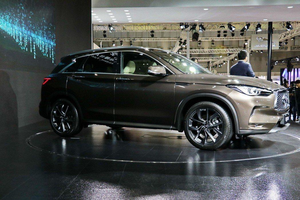 QX50車側前方延續至車尾的流體運動折線和新月型D柱設計,皆呼應INFINITI新世代設計語彙「POWERFUL ELEGANCE」的設計理念。 記者陳威任/攝影