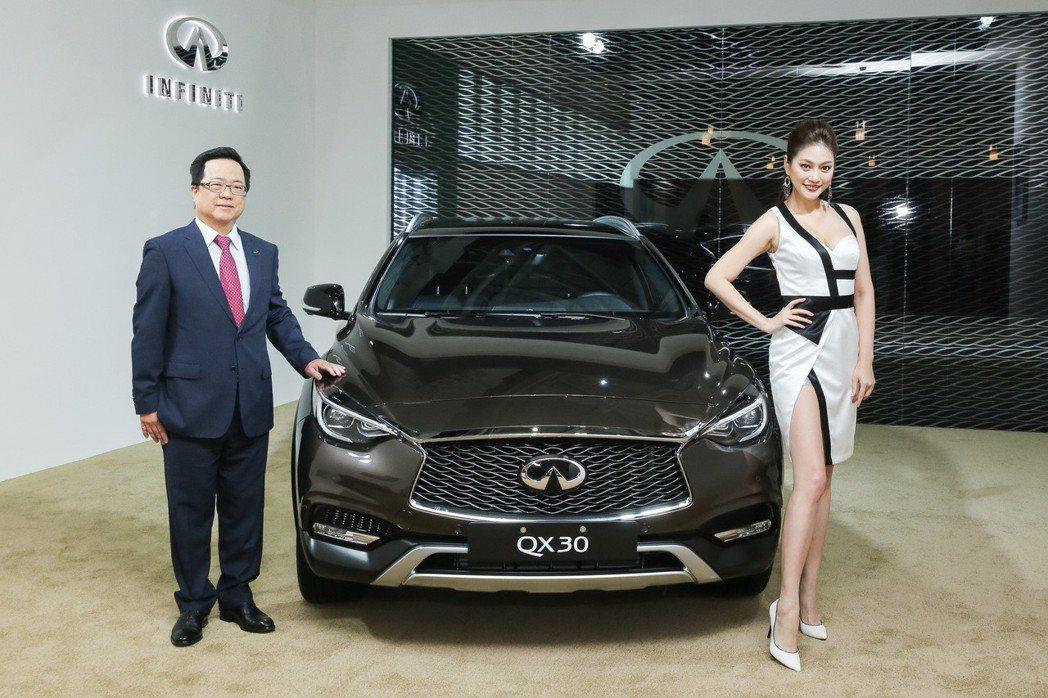 2018年即將上市的全新小型運動休旅INFINITI QX30,繼日前於INFINITI車展搶先拍首度登場,將於12月30日起以168萬元起於車展中,正式展開預售。 圖/INFINITI TAIWAN提供