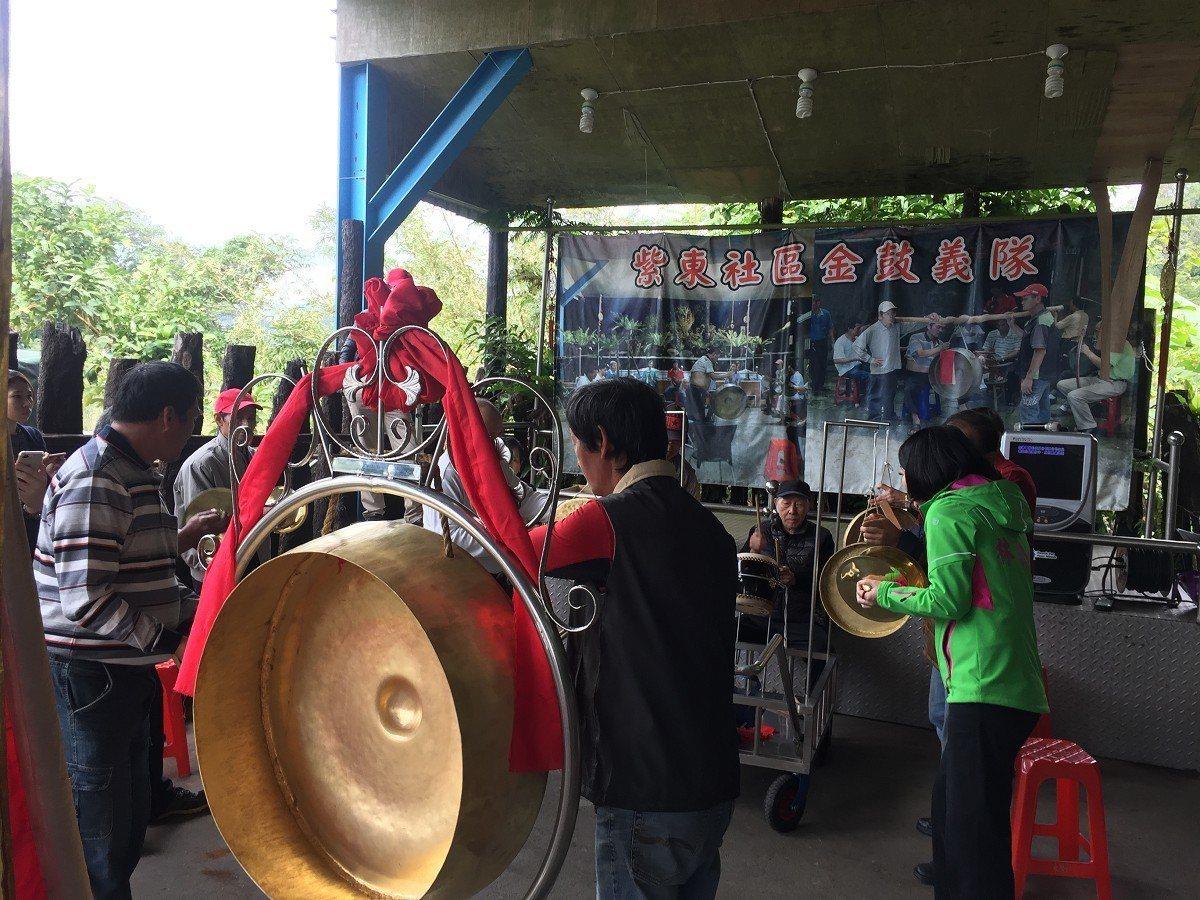 「紫東社區金鼓旗隊」在市議員林裔綺協助購買的一整組全新的鑼鼓,以新鑼鼓進行了第一...