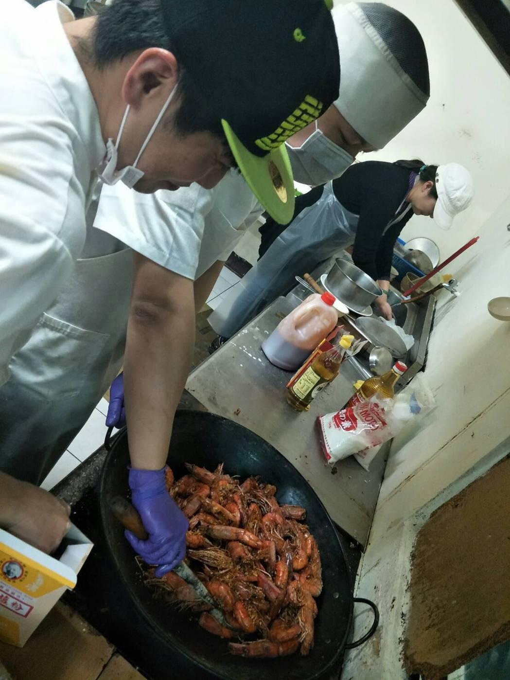 朱志弦(左1)料理蝦子,每一隻都超肥美。圖/林俊智提供