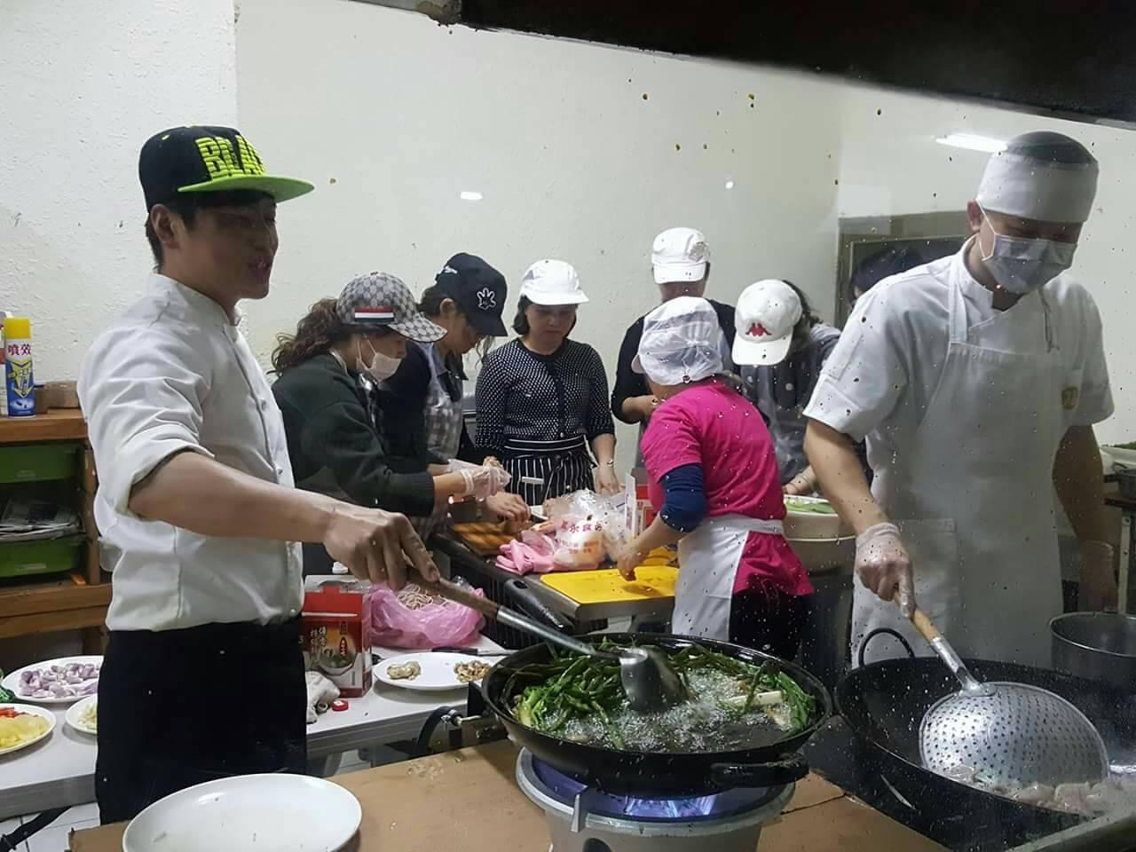 朱志弦(右)親自料理佳餚,要給寒士吃飽。圖/林俊智提供