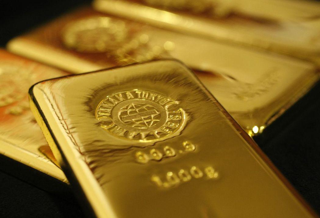 因美元疲弱,黃金期貨已連六日上漲。(圖/路透)