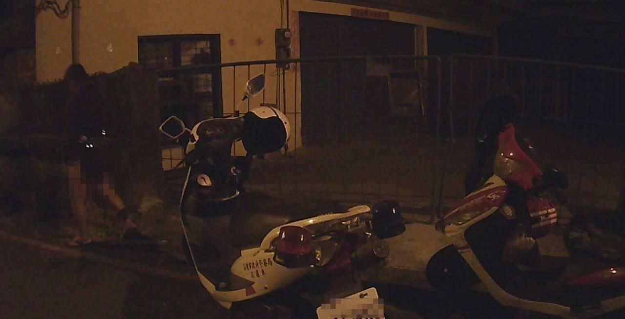 王男酒駕要載朋友回家,卻因為朋友沒有戴安全帽被警方攔查發現,當場竟突然拉肚子。記...