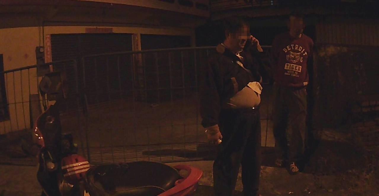 王男酒駕要載朋友回家,卻因為朋友沒有戴安全帽被警方攔查發現。記者劉星君/翻攝