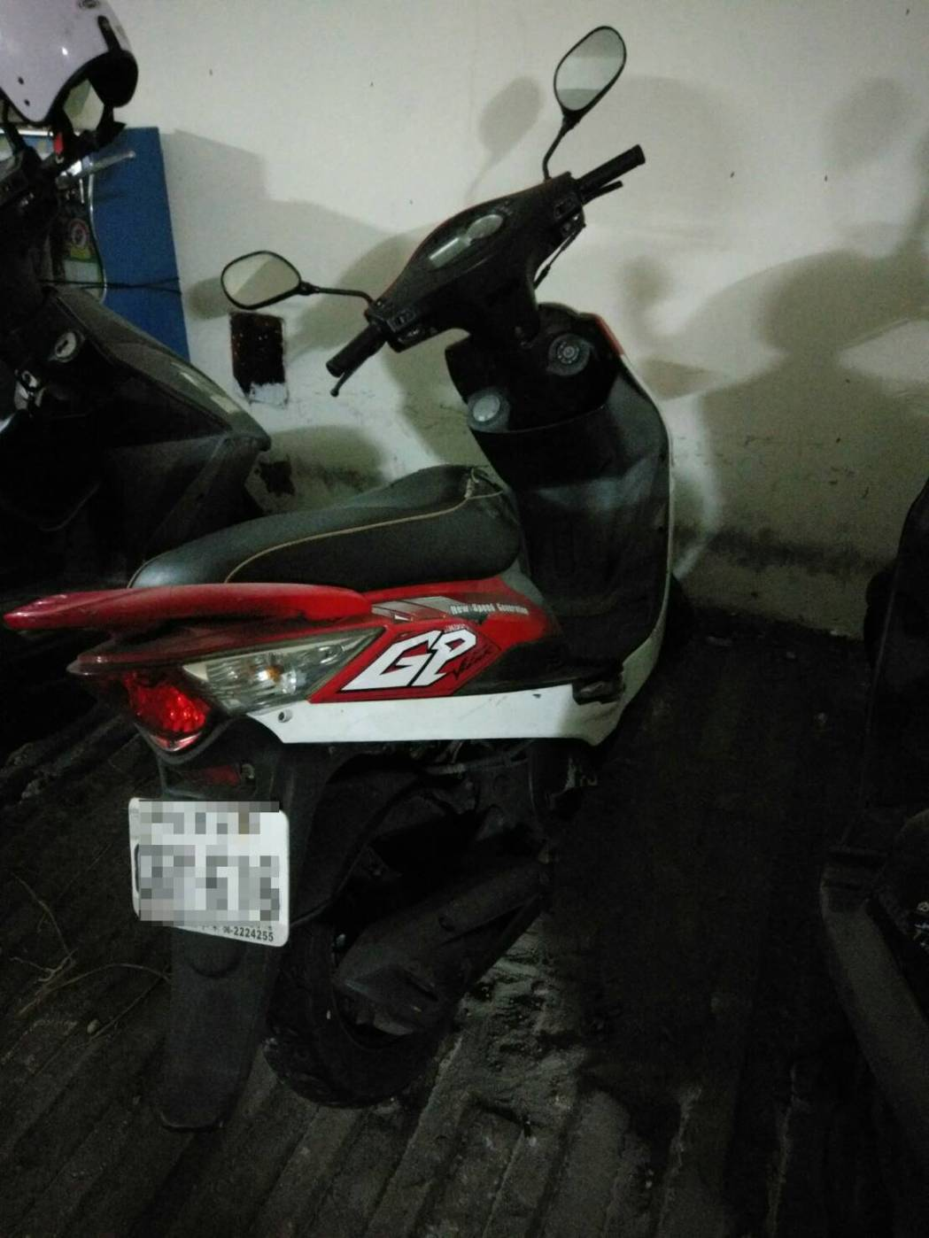 王男拒絕酒測,警方將摩托車移置保管。記者劉星君/翻攝