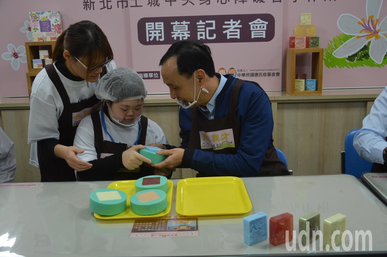 新北市長朱立倫(右)和唐氏兒一起做手工皂。記者施鴻基/攝影