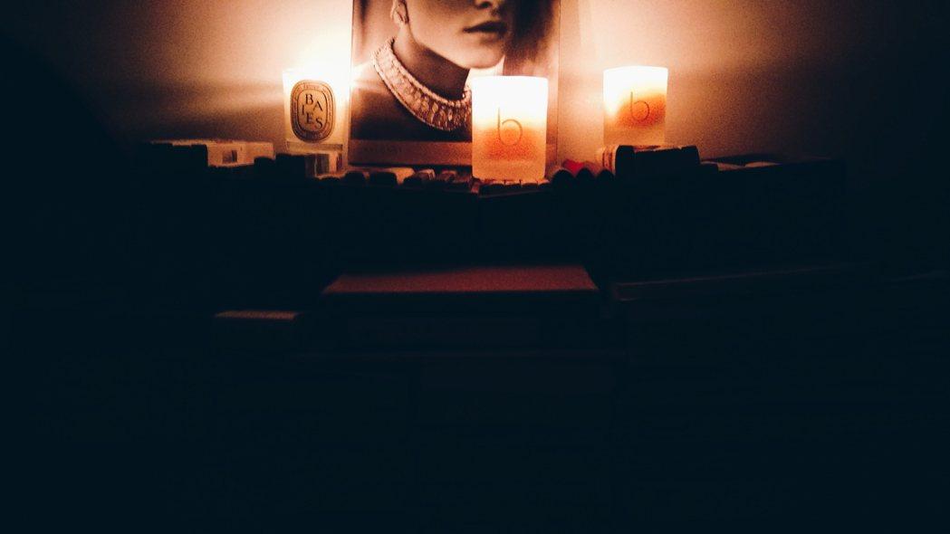 在夜晚把燈關掉,運用燭光享受靜謐的時光。記者江佩君/攝影
