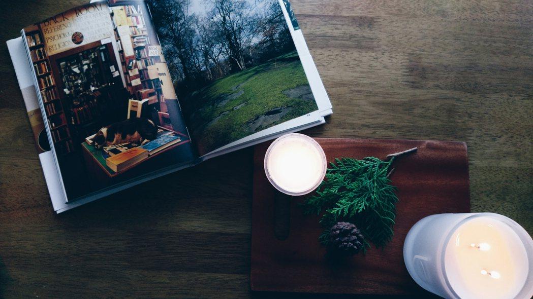 將蠟燭置放在木製托盤,搭配耶誕節過後的裝飾物,營造出冬日空間氛圍。記者江佩君/攝...