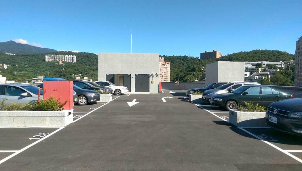 淡水民生停車場昨天啟用,提供134個小型車位及75個機車位,頂樓露天也有停車位。...