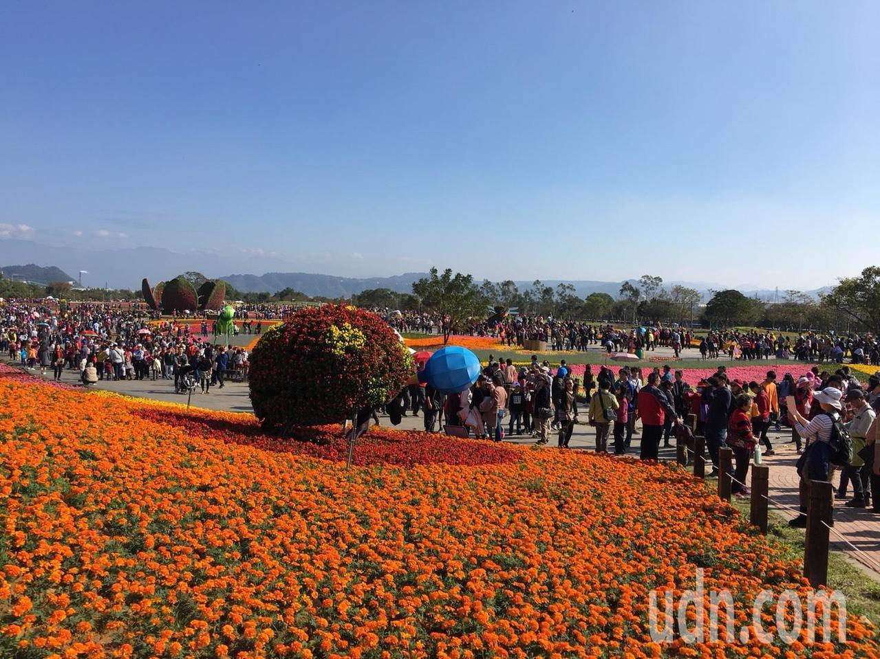 國際花毯節第六天邁入56萬大關,為迎接元旦連績假期的高人氣,市府接駁車嚴陣以待。...