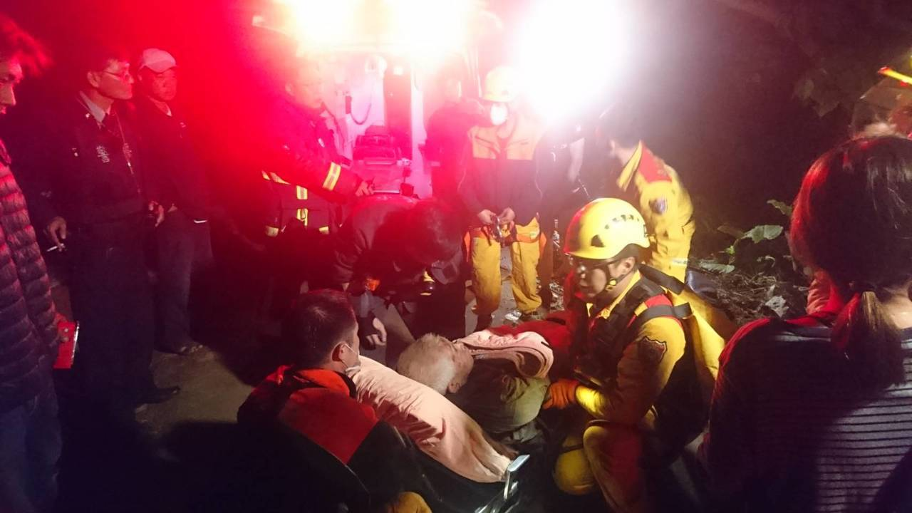 70歲葉姓老翁今天凌晨被人發現跌落山谷,經過嘉義市消防局救援,已送到嘉義基督教醫...