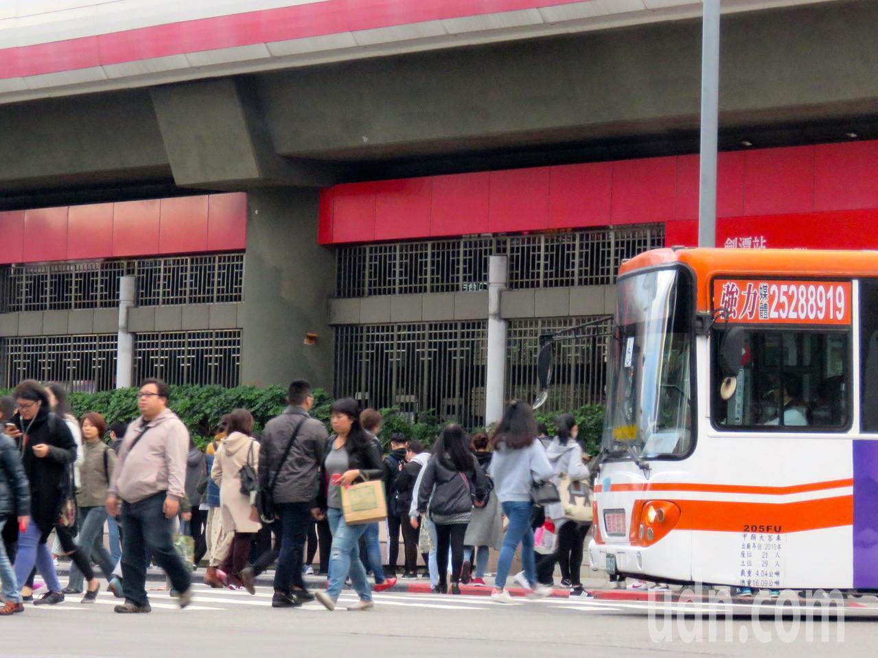 學者表示,台灣私人運具利用密度過高,不共用綠燈時間將造成壅塞。記者雷光涵/攝影