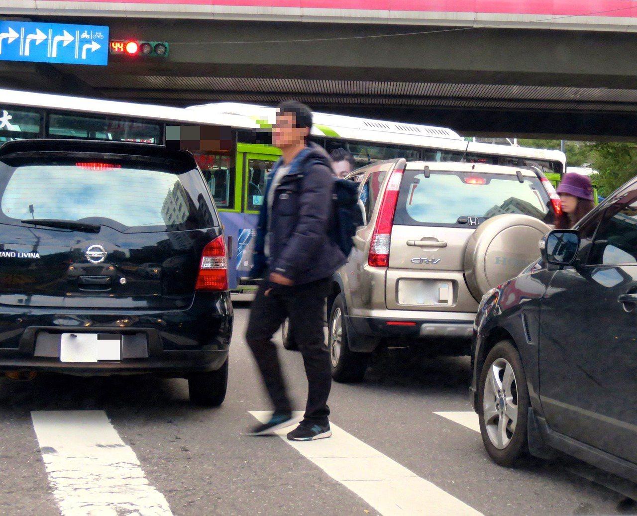 台灣每年約1.6萬人次走在馬路上遇車禍,超過200條生命就此消逝,甚至走斑馬線也...