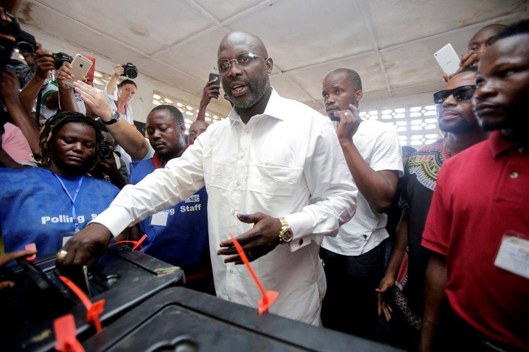 賴比瑞亞總統候選人維阿10月10日在首都蒙羅維亞(Monrovia)一處投票所投...