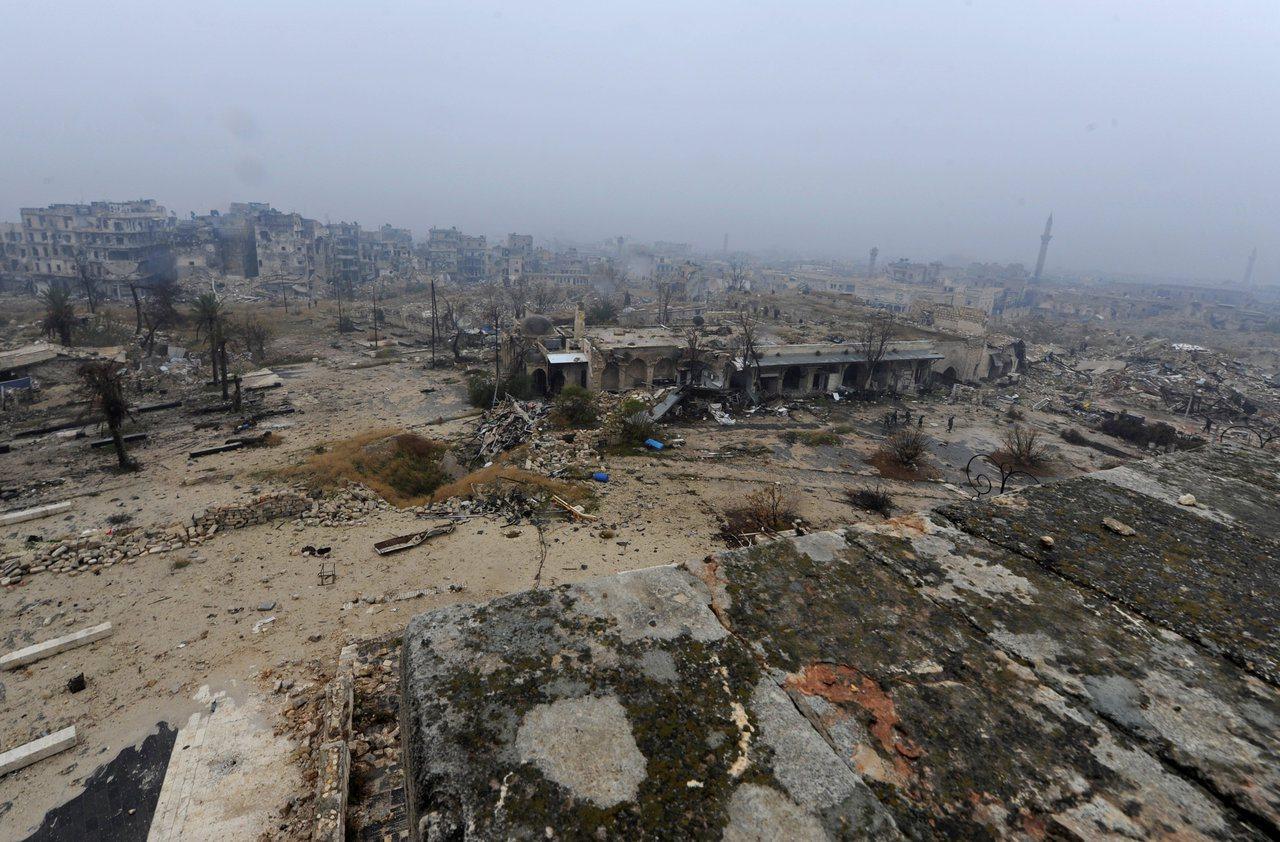 歷經內戰,敘利亞阿勒坡舊城幾成廢墟,圖為2016年12月當地的殘破景象。路透