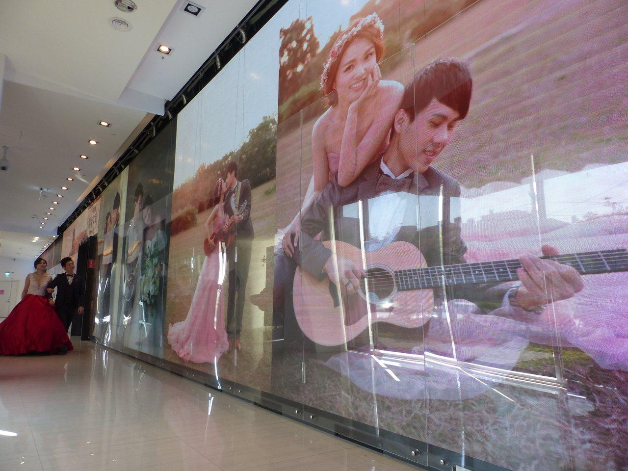 彰化縣花壇鄉全國麗園大飯店砸3000萬元,打造2000吋無接縫4K電視牆,巨大的...