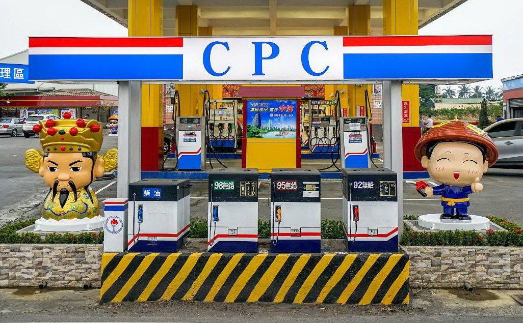 千越東港加油站將路邊的台電電箱彩繪成可愛的迷你加油站。記者潘欣中/翻攝