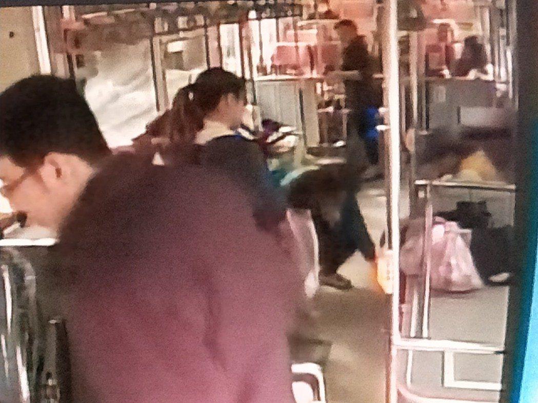 一名洗腎患者在公車上流了不少血,被救護車送醫,民眾熱心幫忙。記者游明煌/翻攝
