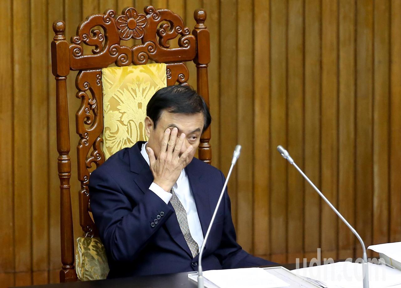 立法院長蘇嘉全下午時面露疲態,不時揉眼睛、打哈欠。記者余承翰/攝影