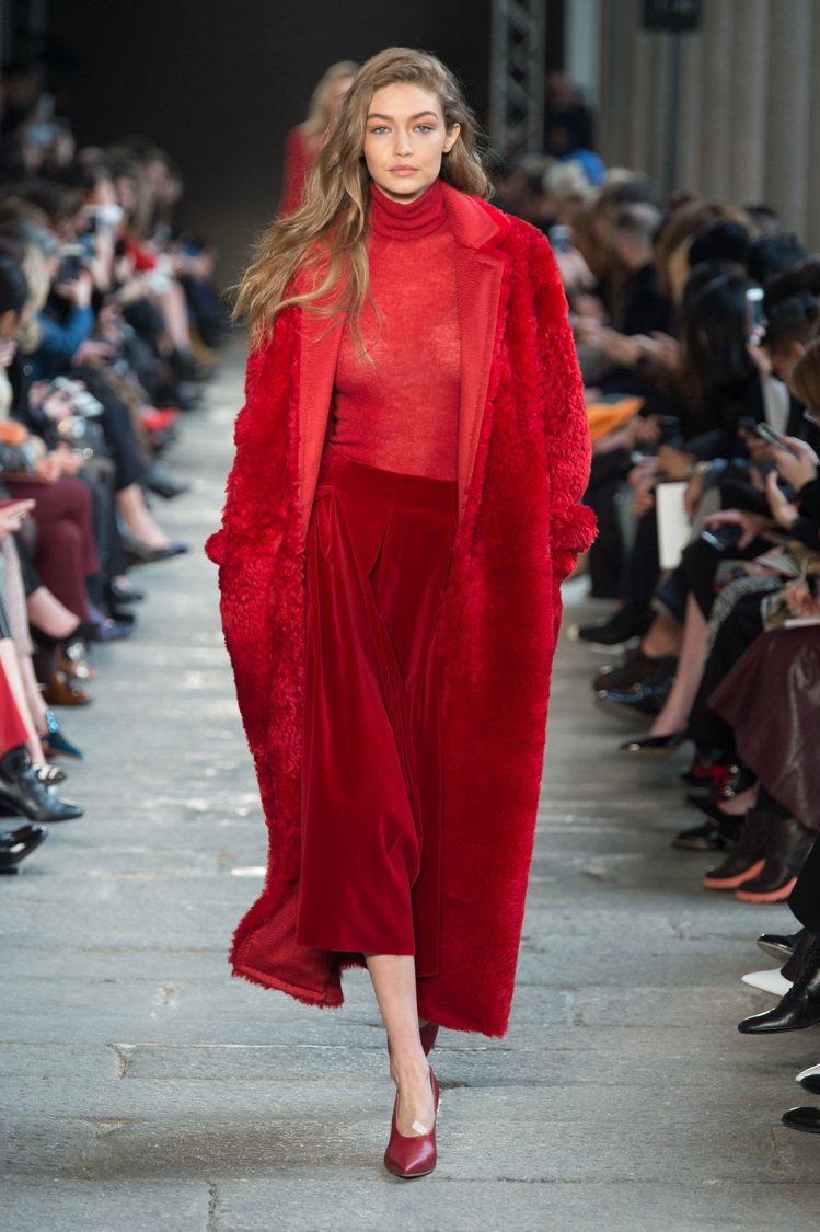 Gigi Hadid於秀上穿著紅色的Max Mara泰迪熊大衣。圖/Max Ma...