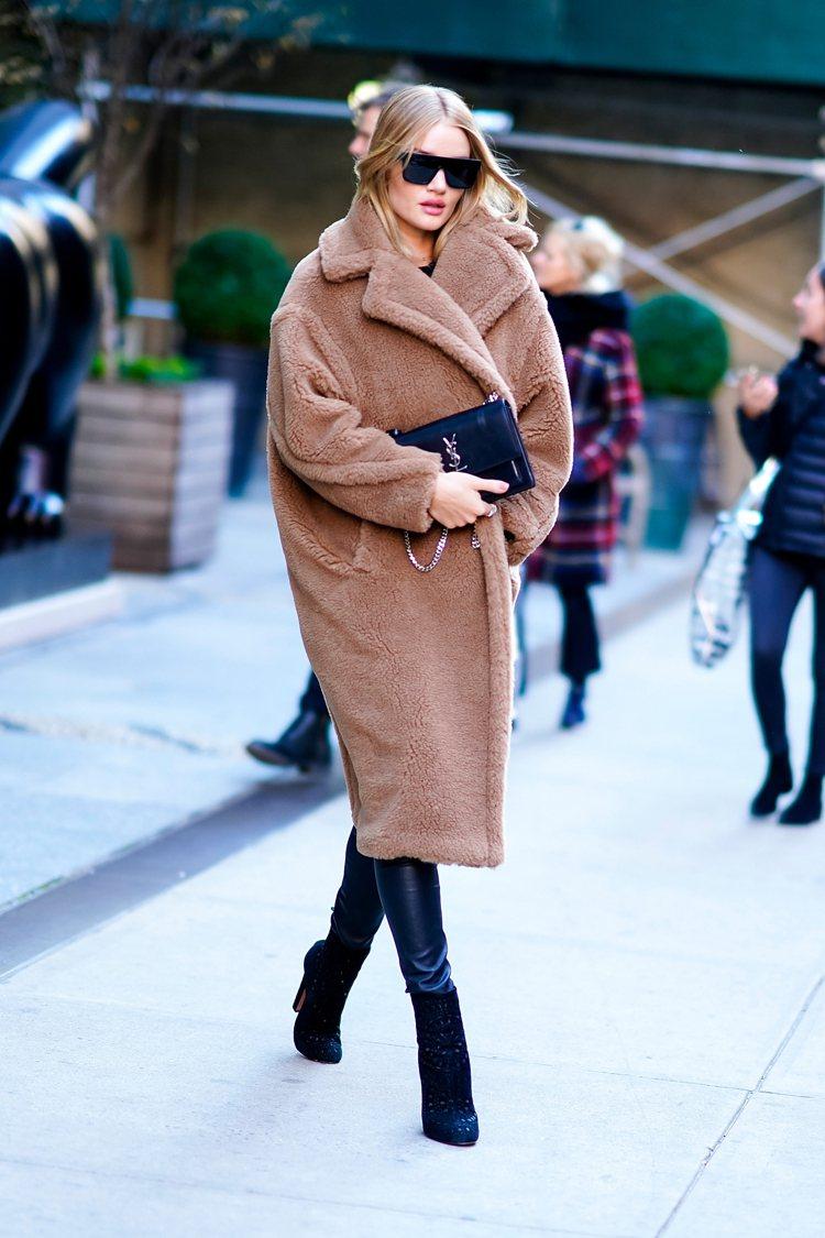 蘿西杭亭頓身穿Max Mara泰迪熊大衣顯得相當高挑。圖/Max Mara提供