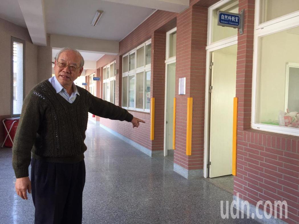 金門縣柏村國小教室發現水獺,校長陳為學幽默的說,周遭有5、6間教室,但水獺獨青睞...