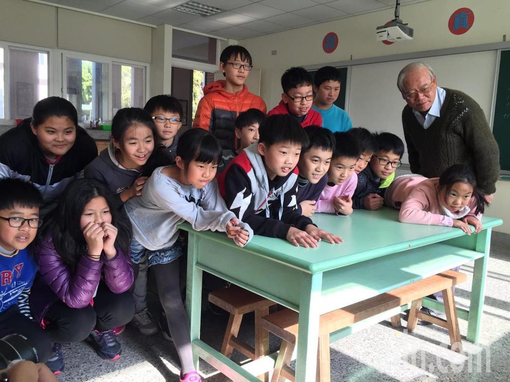 金門縣柏村國小教室發現一隻水獺,小朋友都相當開心,模擬當時爭看水獺的模樣。記者蔡...