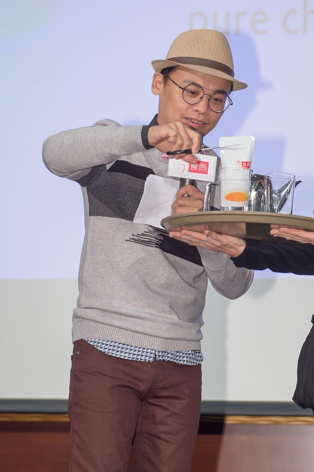 TVBS找了主持人阿松現場試喝推廣雞精新產品。圖/TVBS提供