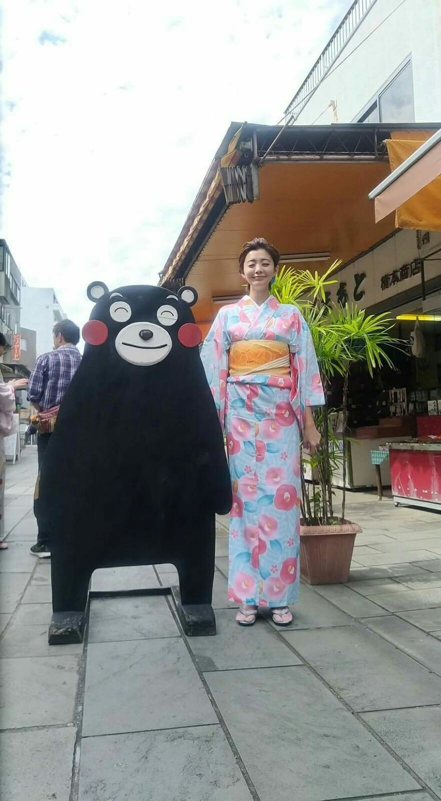 夏如芝前往日本熊本縣出外景,還學熊本熊看板可愛表情。圖/伊林提供