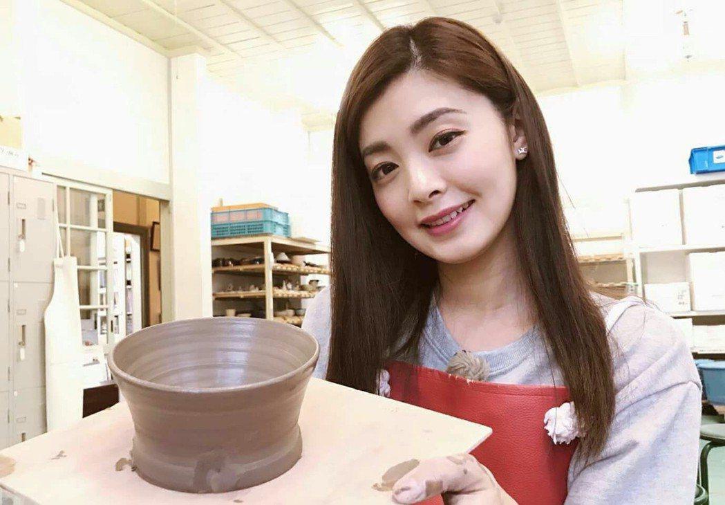 夏如芝體驗做陶器。圖/伊林提供