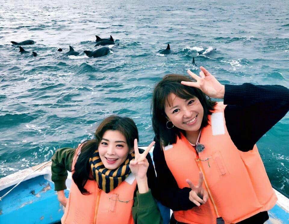 夏如芝(左)和主持人緒方由美觀海豚。圖/伊林提供