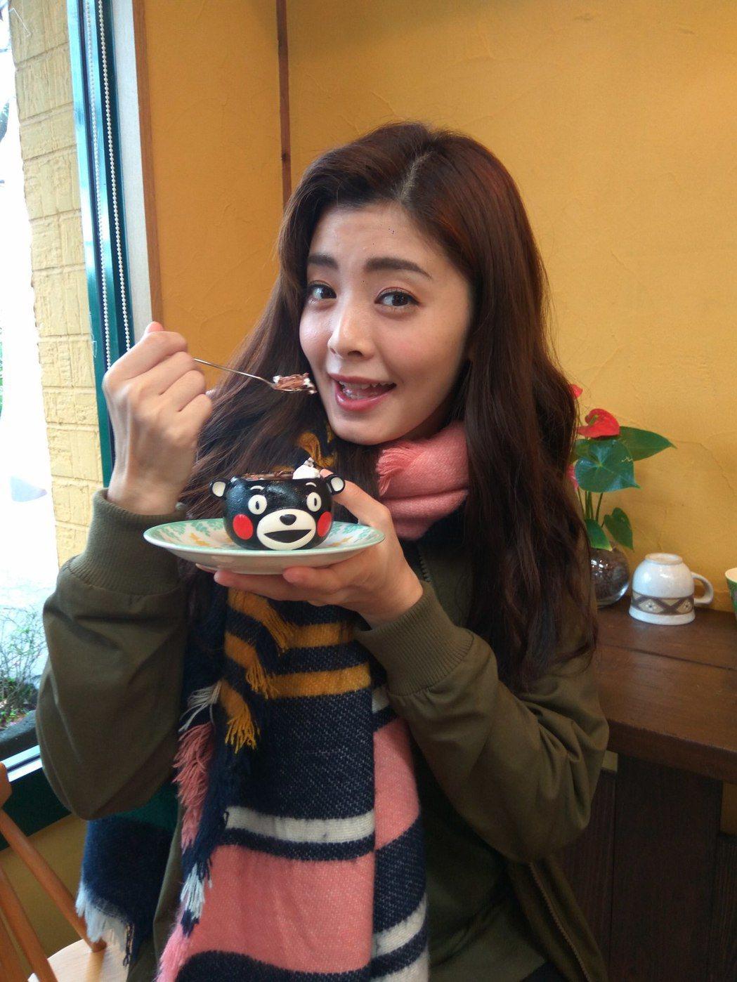 夏如芝到阿蘇神社知名甜品店,品嚐熊本熊甜點。圖/伊林提供