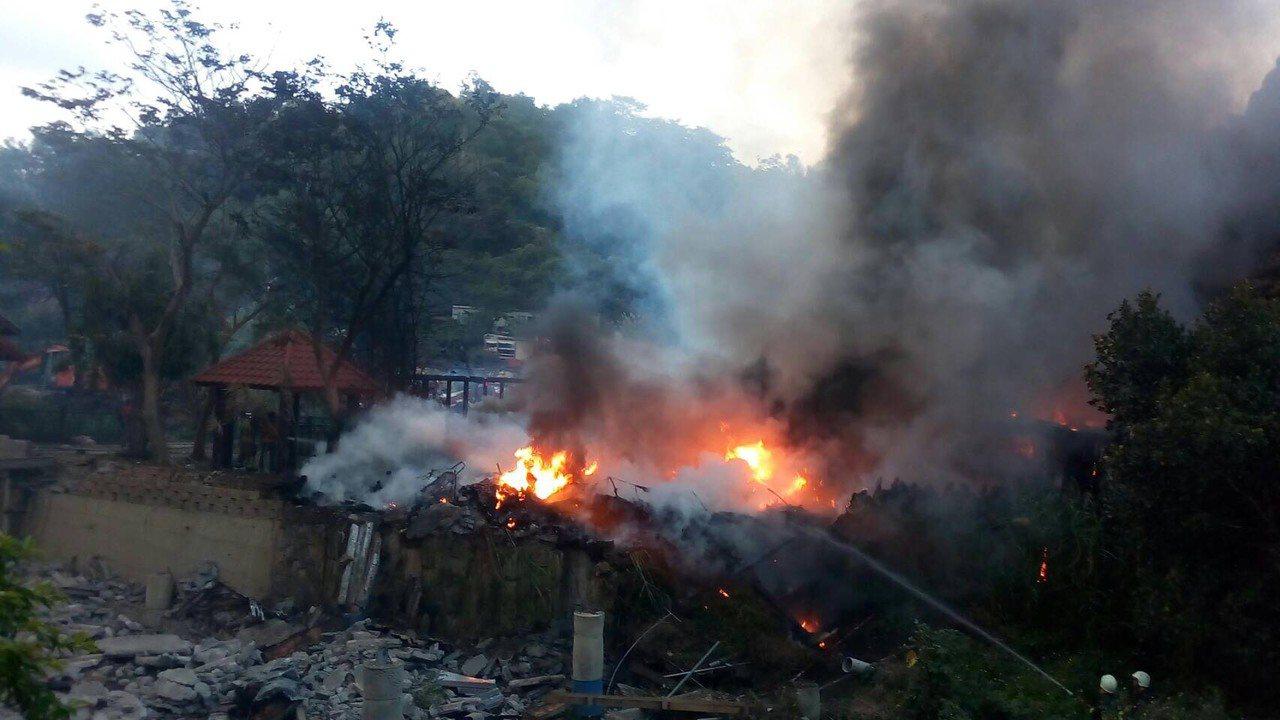 新竹縣芎林鄉金雞蛋農場今日下午驚傳火警,消防人員灌水搶救。記者陳妍霖/翻攝