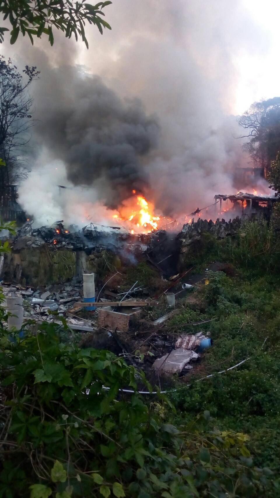 新竹縣芎林鄉金雞蛋農場今日下午驚傳火警,冒出濃濃黑煙。記者陳妍霖/翻攝
