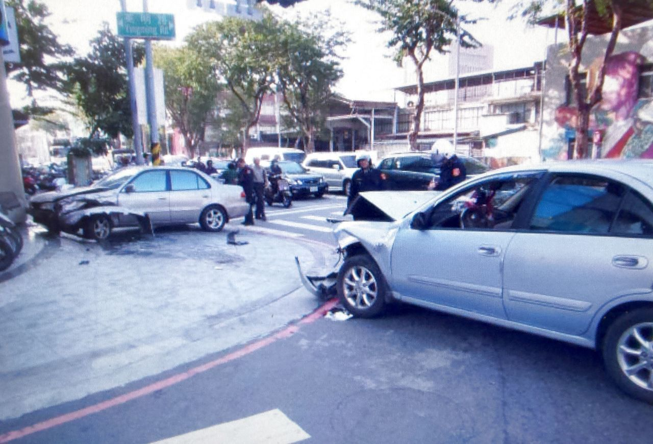 伍姓老翁今天下午開車衝撞停路邊,造成3人受傷、6輛汽機車受損。記者林保光/翻攝
