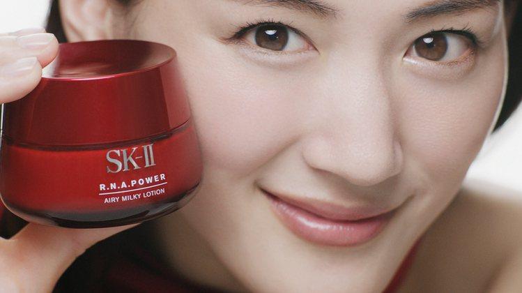 綾瀨遙詮釋SK-II R.N.A.超肌能緊緻活膚霜輕盈版。圖/SK-II提供
