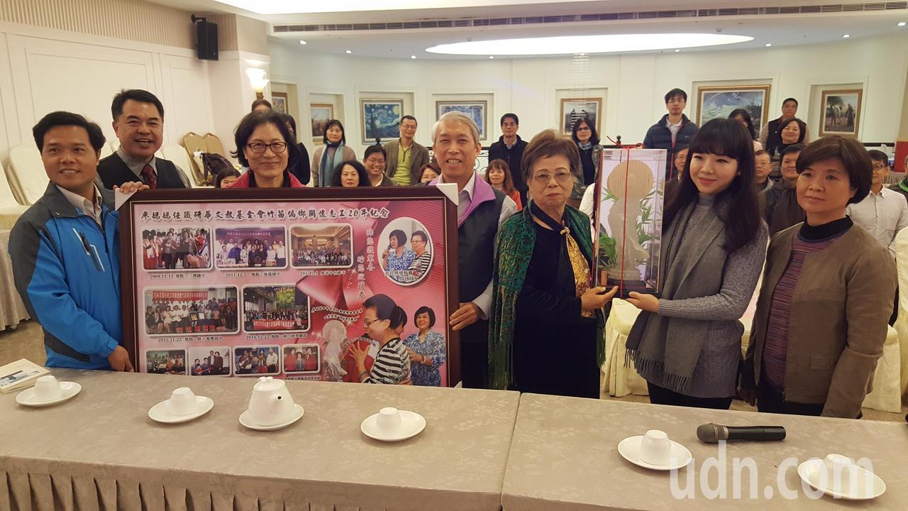 竹苗地區卅多校校長中午為「廖媽媽」廖彭蘊鈺女士辦感恩餐會,感謝她20年來長期協助...