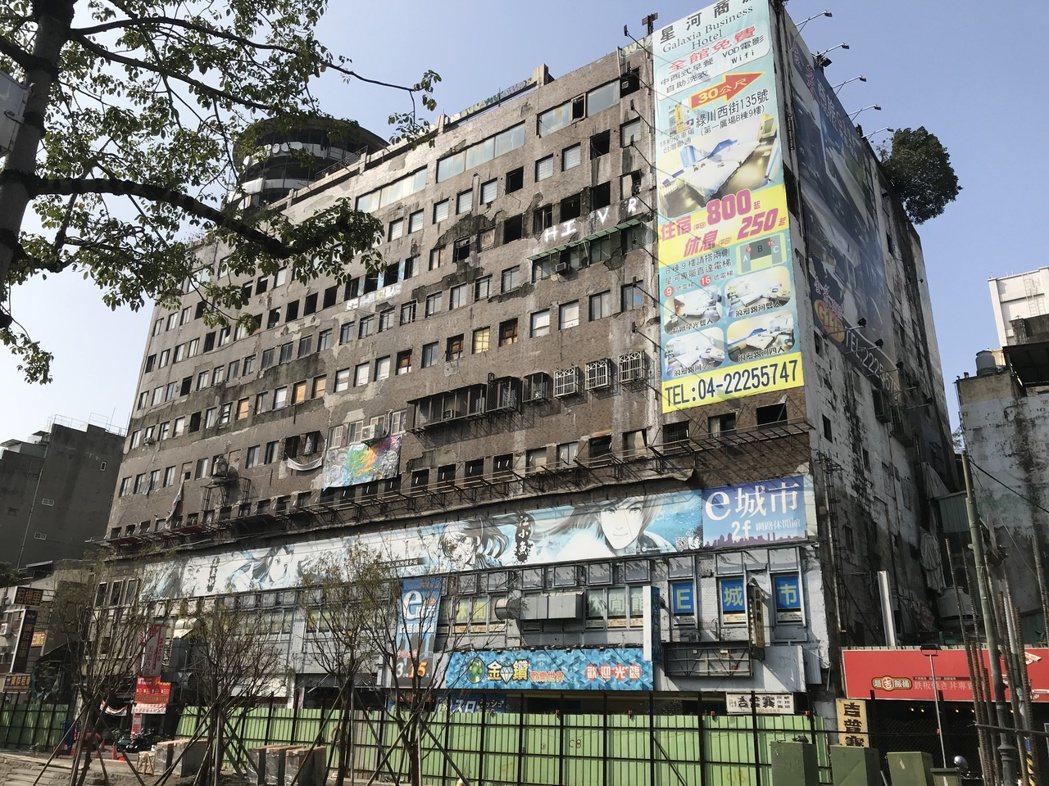 陽光下的台中千越大樓。 圖片來源/聯合報系
