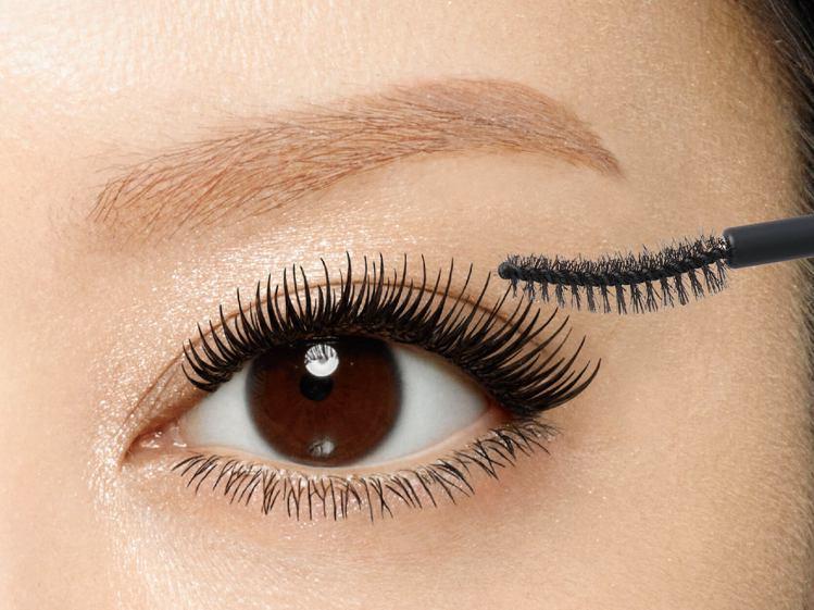 睫毛持續Q捲翹的秘訣在於「塑形」,尤其眼尾睫毛要刷出微微上揚的漂亮曲線。圖/KI...