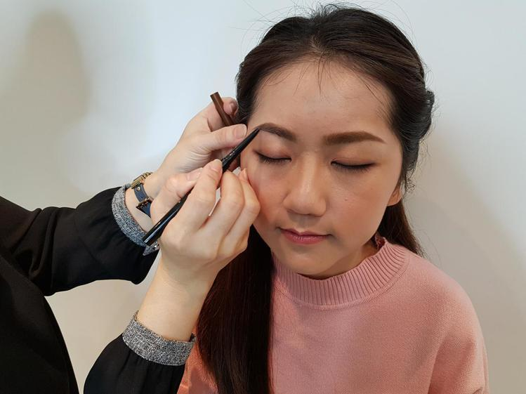 濃密顯色的眉彩膠筆能夠讓眉型更持久。圖/記者陳立儀攝影