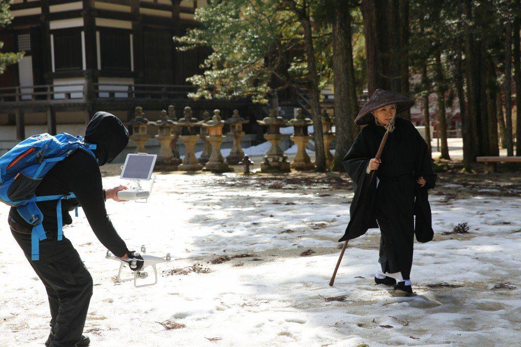 唐美雲在日本高野山一片白雪中演高僧。圖/大愛提供